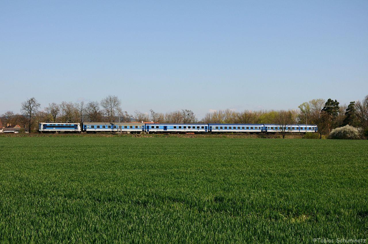 Bevor ich an ein anderes Motiv gewchselt bin, habe ich von Hinten noch den R624 mit einer leider unbekannten Lok fotografiert