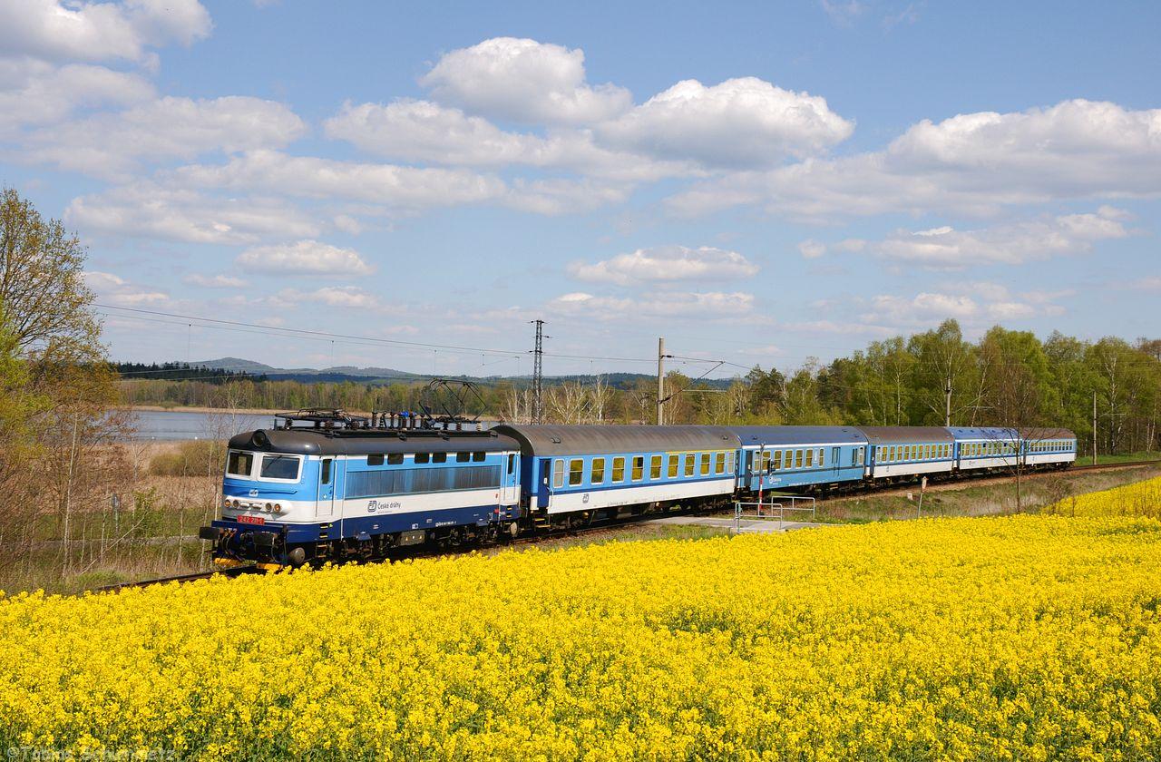 Das tolle Rapsfeld hinter Razice konnte man mit dem Bahnübergang und der 242 211 mit ihrem R666 auch gut umsetzen.