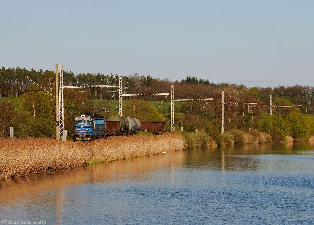 """Ein tschechischer Fotograf, welchen ich in Razice getroffen habe, sagte mir dass um ca 18 Uhr ein Güterzug von Budweis herauf kommen sollte. Den habe ich dann auch noch vor Cicenice am Weiher abgewrtet. Die """"Laminatka"""" 240 026 hatte leider nur 5 Wagen dabei."""