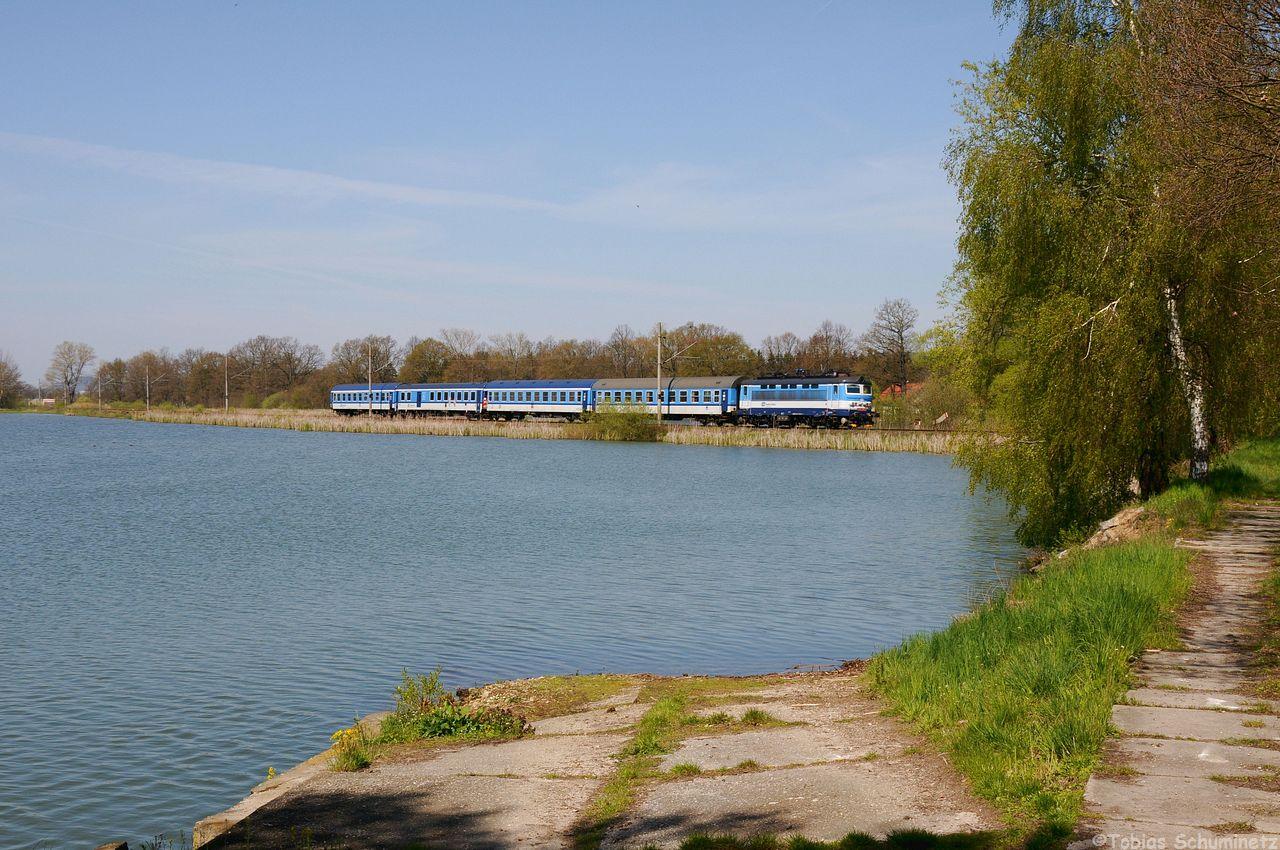 Da ja an dem Teich bei Sudomer u Pisku noch Varianten möglich waren, wählte ich die 242 211 mit ihrem R665 eine seitlichere Variante.