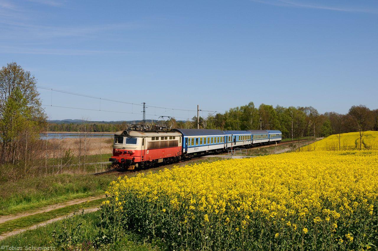 """Gleich darauf wurde wieder an die KBS190 an den """"Rapsfeldbahnübergang"""" hinter Razice für die altfarbene 242 245 mit R666 gewechselt."""