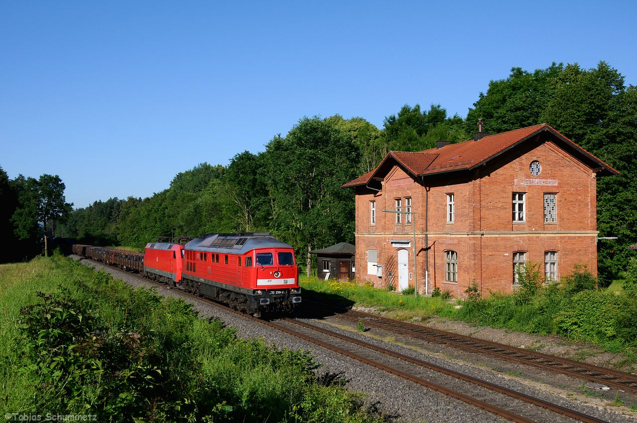 Der EZ52721 welcher zur Zeit anstatt über den Frankenwald über Weidengeführt wird, hatte hinter der Zuglok 232 259 auch noch 152 020 im Schlepp. Hier durchfährt er gerade den Bahnhof Großalbershof.