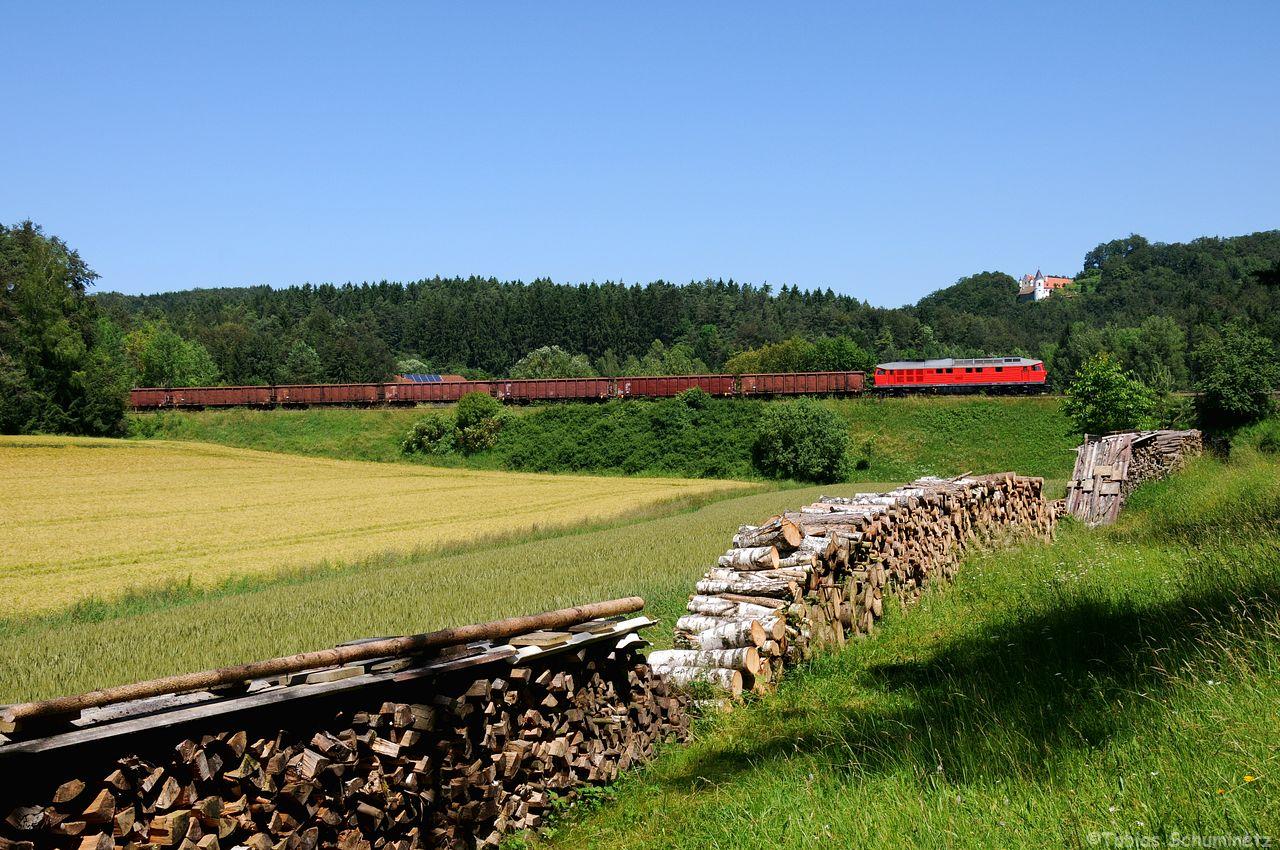 """232 428 ist der neue """"Star"""" in Nürnberg mit Ihrer frischen Lackierung. Hier kämpft Sie sich mit dem EZ45365 unterhalb dem Schloß Neidstein den Berg nach Neukirchen hinauf."""