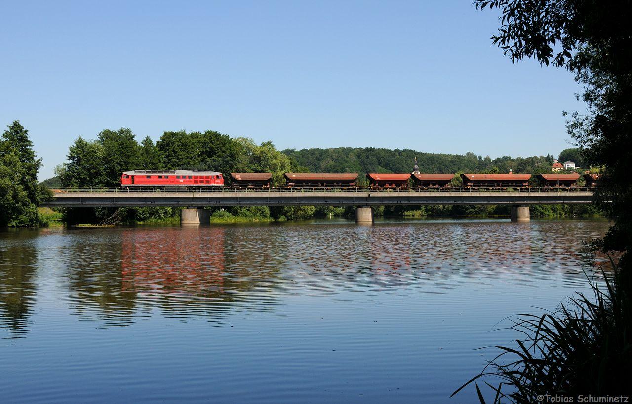 """Eigentlich wollten wir den """"Weidener Müllzug"""" auf der Naabbrücke in Schwandorf machen. Doch zuvor kam noch von hinten 233 322 mit einem Schotterzug Richtung Nürnberg."""