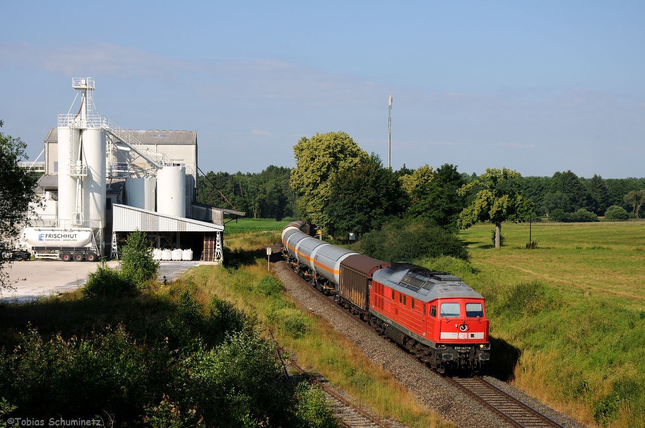 Der dritte Güterzug innerhalb von einer Stunde war auch ein Umleiter angeführt von 233 127.