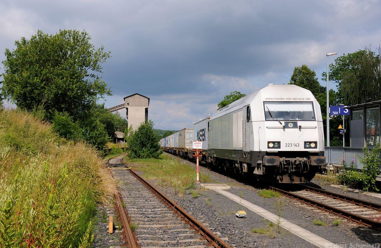 In Pechbrunn stand die 223 143 mit der Containerzug nach Wiesau abgestellt und wartete auf Abruf.