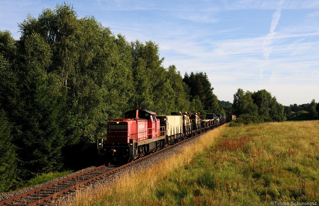 In Pressath war für den Militärzug Lokwechsel. So durfte 294 717 den zug auf den letzen Kilometern von Pressath nach Grafenwöhr-Lager den Zug befördern. Leider war kurz hinter Pressath an diesem tollen Motiv das Licht noch nciht auf der Front.