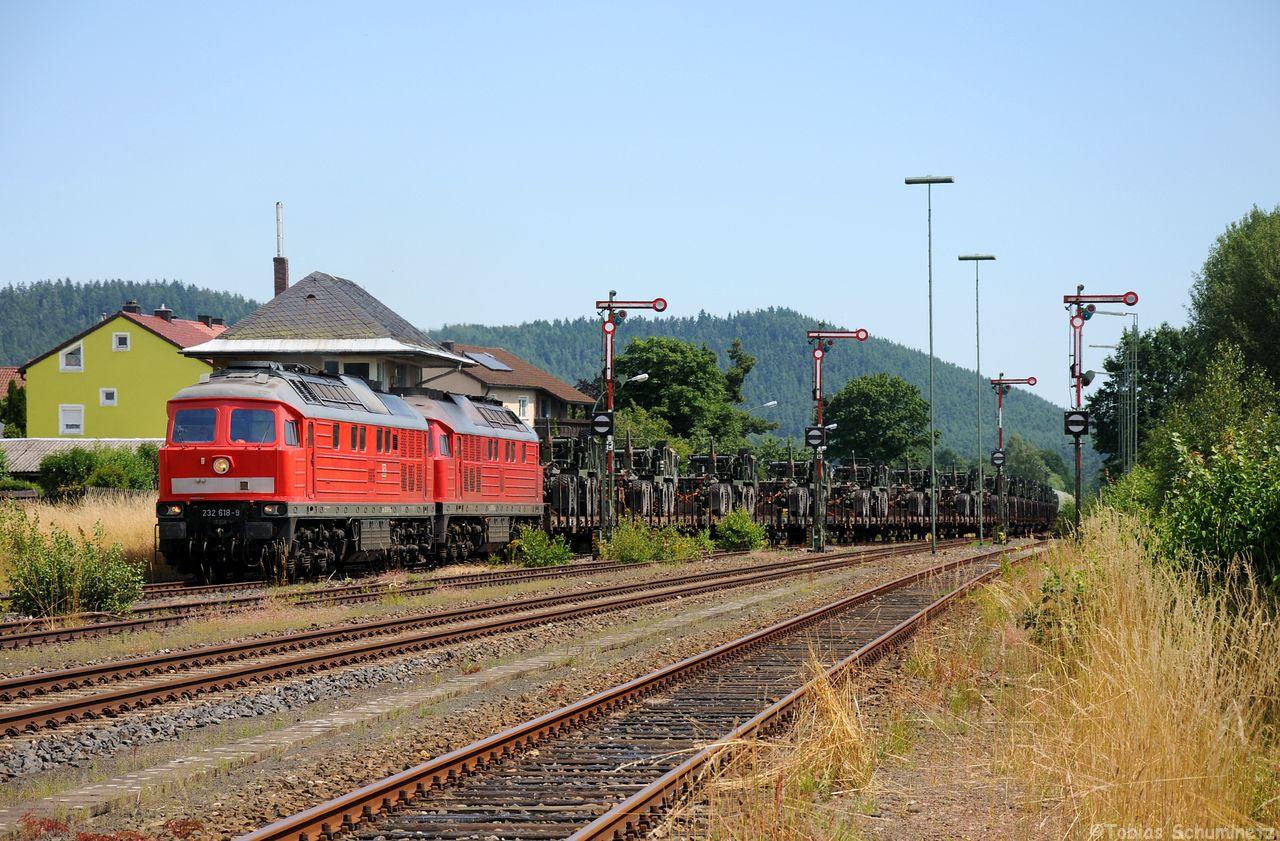 Am Nachmittag war dann noch ein zweiter Militärzug mit 232 618 und 232 259 zu erwarten. Hier rollt er gerade in den Bahnhof von Pressath ein.