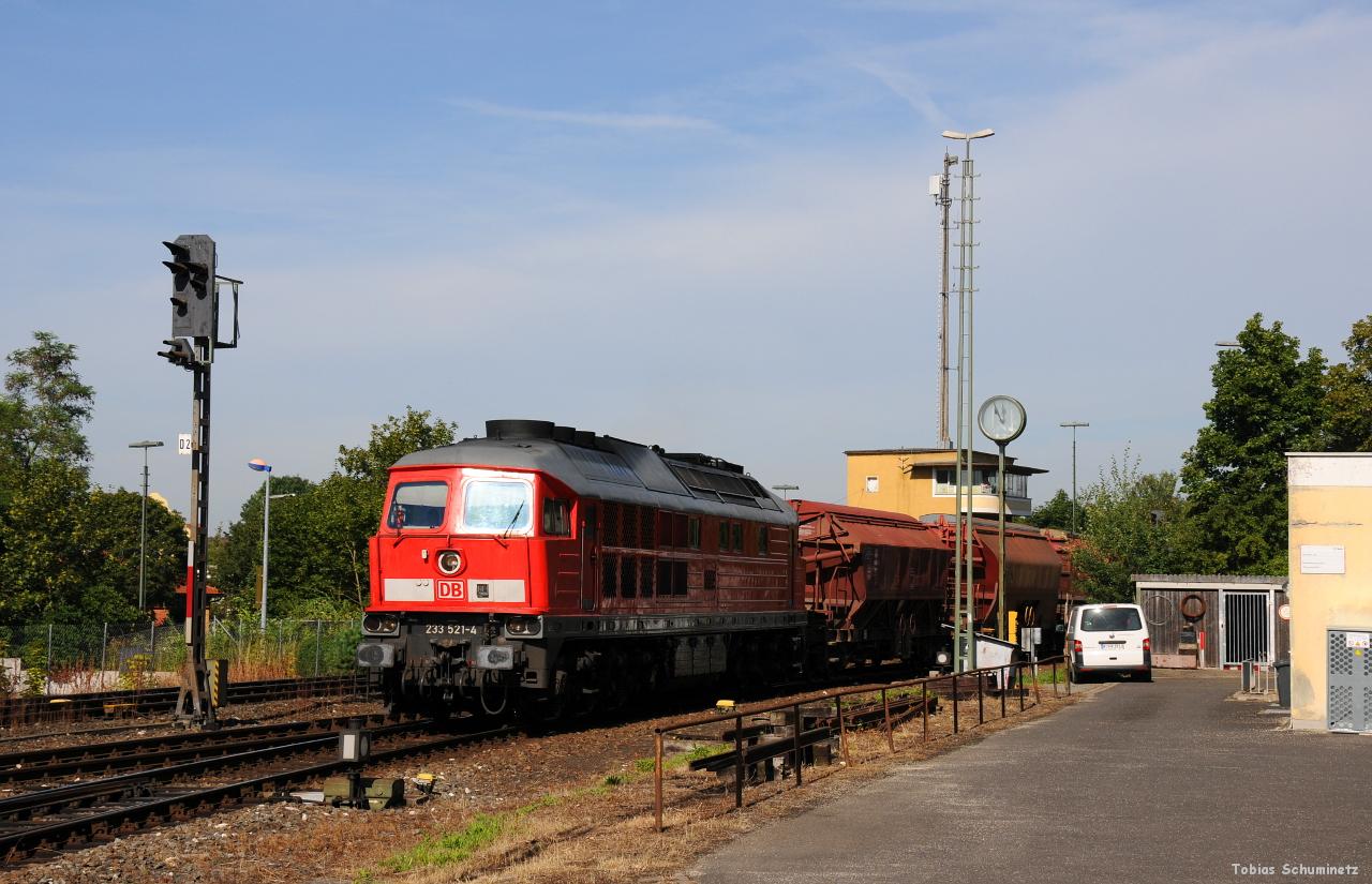 Leider klappte die Verfolgung der 294 aufgrund des vielen Individualverkehrs in Amberg nicht und so war für die 233 521 mit dem auf Gleis 3 einfahrenden EK56900 nur noch mit Seitenschatten.