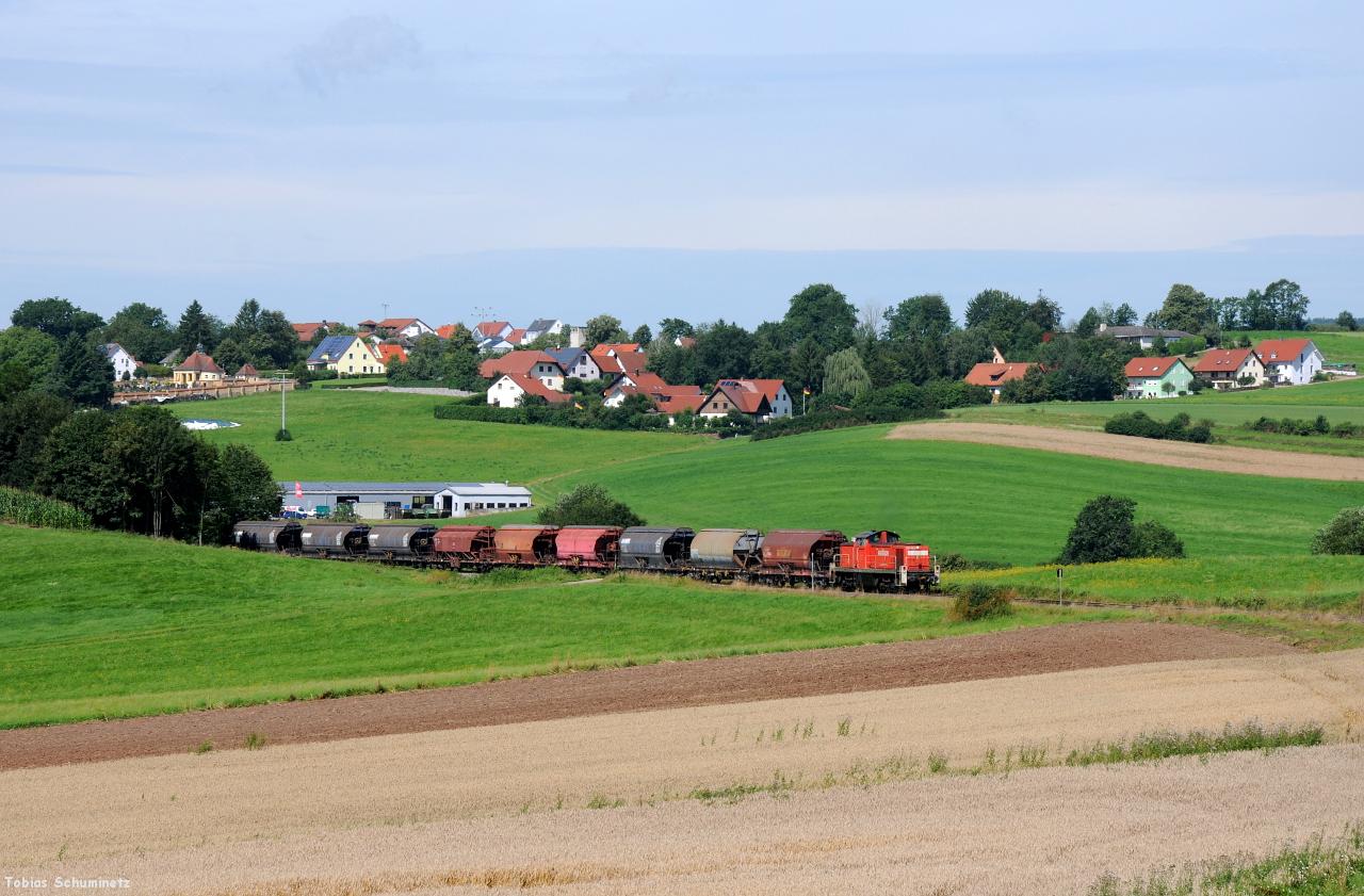 Bei Gebenbach war der Zug locker wieder eingeholt. Die lange Wagenschlange macht sich gut vor der Ortskulisse Gebenbach.