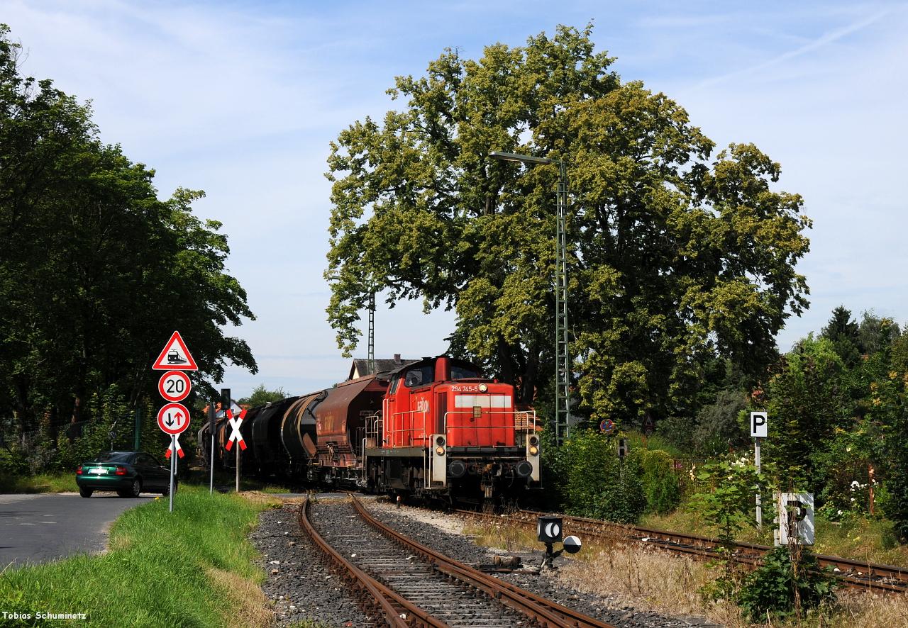 An der Bahnhofseinfahrt von Hirschau hat man zwar wenig von dem langen Wagenzug aber die Lok bekam nochmal schönes Frontlicht und der Baum im Hintergrund ist auch ein kleines Motiv. Ob man sich in ein paar jahren noch wegen dem eh schon relativ alten Audi noch ärgert?