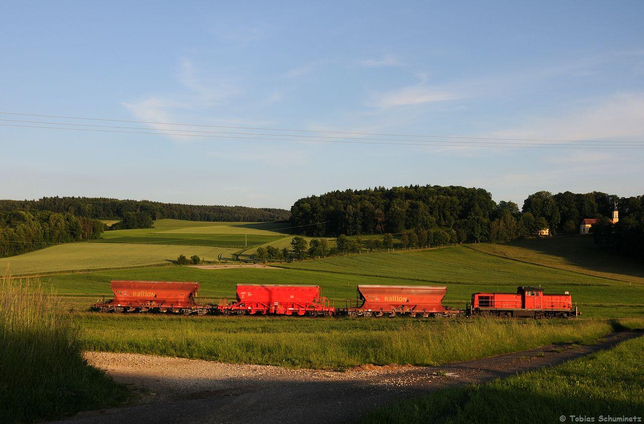 Der Zug mit 3 Wagen kommt die Steigung zwischen Hirschau und Gebenbach schneller hinauf, deshalb hatten wir ihn am Weitblick von Gebenbach knapp verpasst. Und auch sonst war der Abend relativ unkonzeptig, da auch für den Seitenschuss auf die Mausberg-Kirche keine Zeit mehr blieb um das hohe Gras vor der Lok zu kürzen.