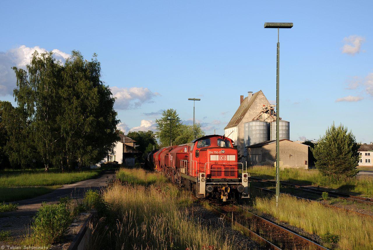 Am Abend des 15.06.2016 stand dann 294 750 für ein Bild im Bahnhof Hirschau passend angeleuchtet. Im Frühjahr wurden die großen Büsche zwischen Straße und Gleisen gefällt, sodass nun das Empfangsgebüde von Hirschau etwas durchspitzt.