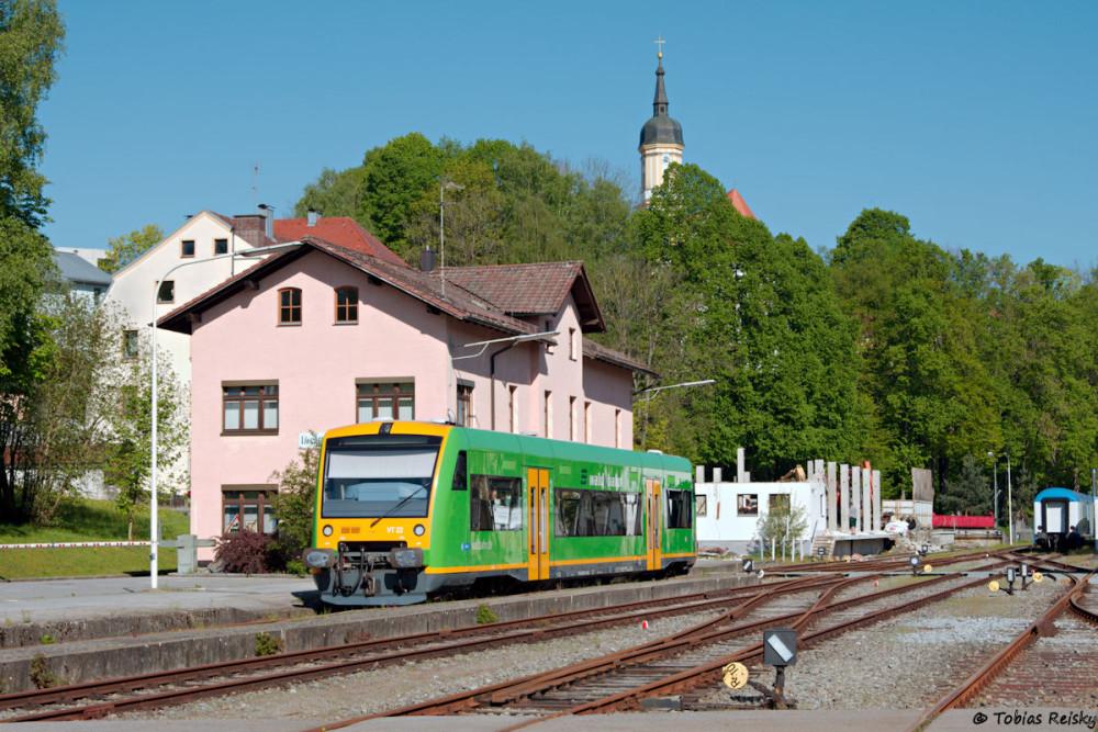 Gleich zu Saisonbeginn war einiges geboten: Am 07.05.2016 führte vor der ersten Wanderbahn eine Überführung noch VT22 der Waldbahn nach Viechtach. Im Hintergrund die bereits teilabgerissene Spedition.