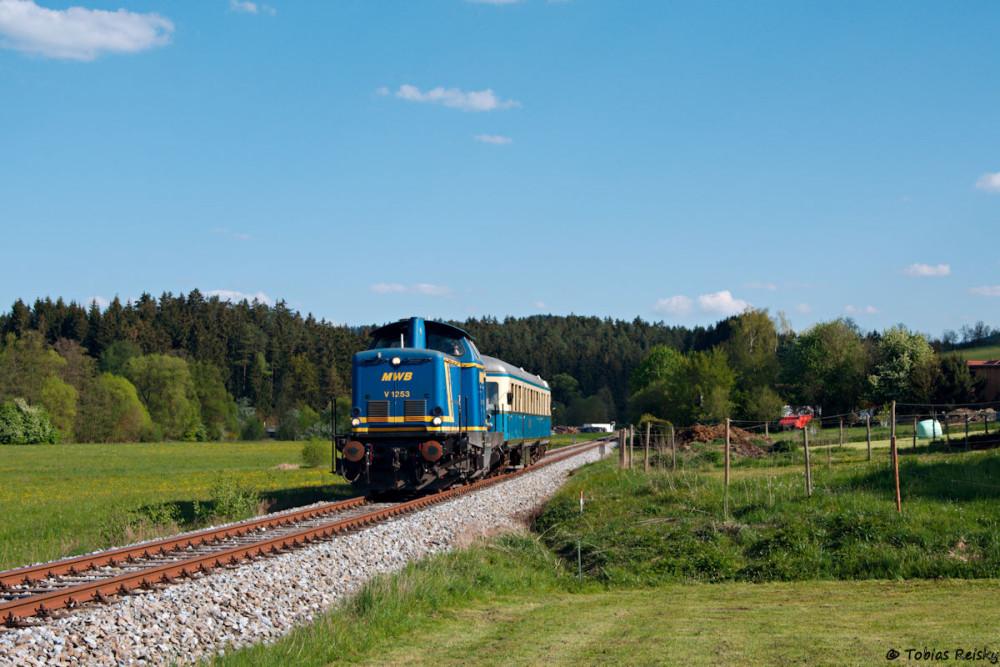 Am Nachmittag sollte dann V1253 der EVB (ex MWB) zur Wartung nach Viechtach gehen - sie wurde dem letzten Wanderbahnzug des Tages vorgespannt. Hier die Fuhre bei Teisnach.