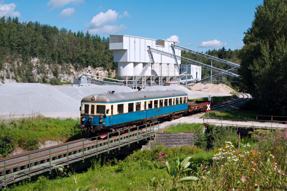 Bei Prünst führt die Strecke direkt durch's Schotterwerk.