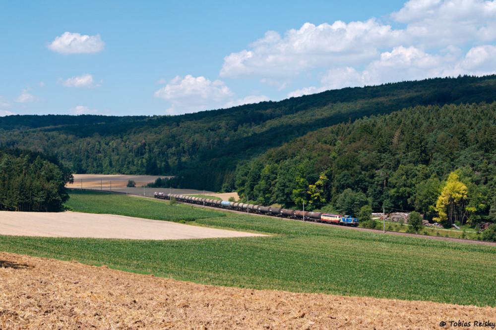 """Los ging es an der unendlichen Kurve beim ehemaligen Bahnhof Thaldorf-Weltenburg, wo noch schnell ein Kesselzug mit meinem geliebten gemischten """"Bundesbahndoppel"""" an der Spitze fotografiert werden mußte."""