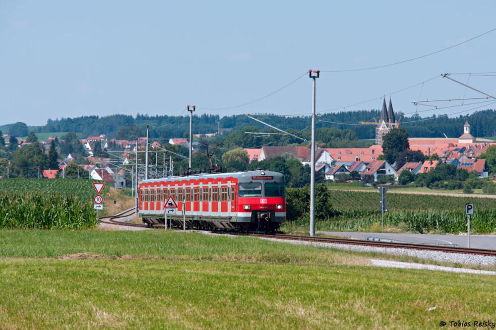 Doch dann an die eigentliche S-Bahn-Strecke: Als Leerreisezug war 420 470 vor der Kulisse des Klosters Indersdorf nach Dachau unterwegs.