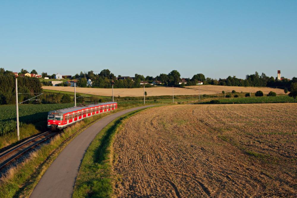 Kurz vor Sonnenuntergang wurde denn erneut das Hochstativ ausgepackt: 420 460 bei Kleinberghofen. Die örtlichen Bauern fanden mein Treiben mit der Kamera auf dem hohen Mast recht amüsant. :-)