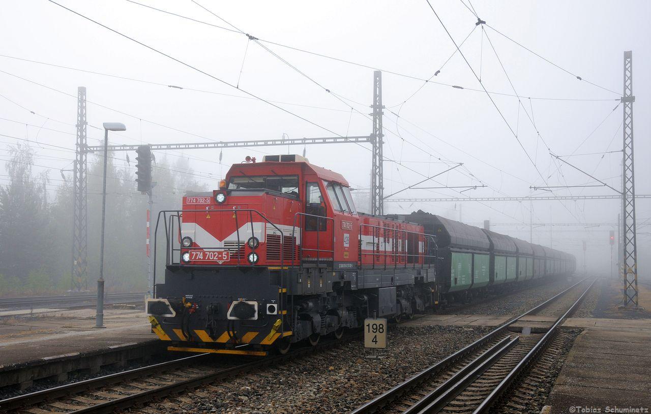Beim Warten auf den mit Sergej bespannten Kohlezug, drückte sich durch den Nebel 774 702 mit einem anderen Kohlezug. Die 774 wurden auf Fahrgestellen ehemaliger 770 aufgebaut.