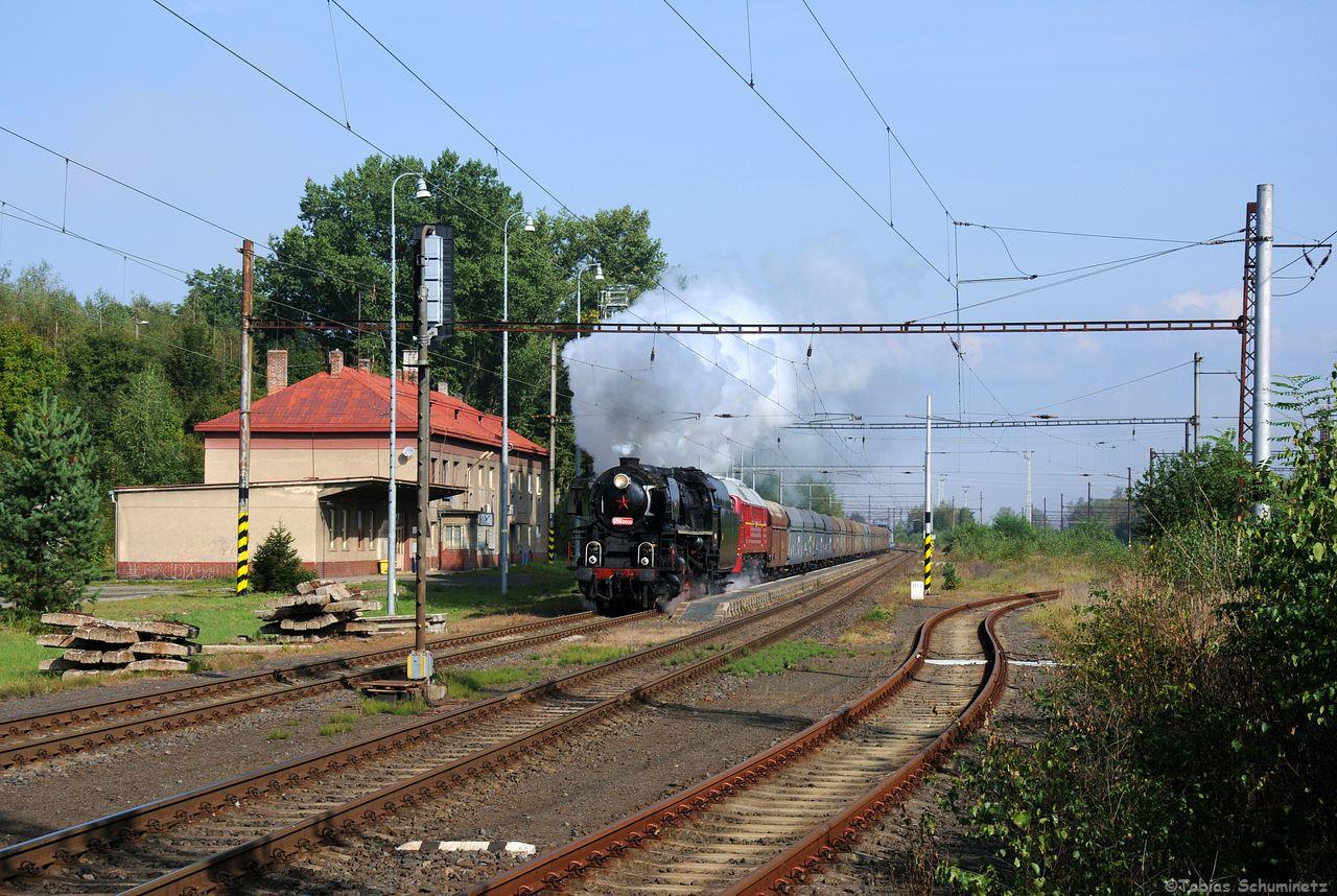 Doch zum dampfbespannten Kohlezug sollten sich alle Störenfriede verziehen. 556.0506 und T679.1600 donnern mit dem Kohlezug Pn67773 durch den Bahnhof von Citice.