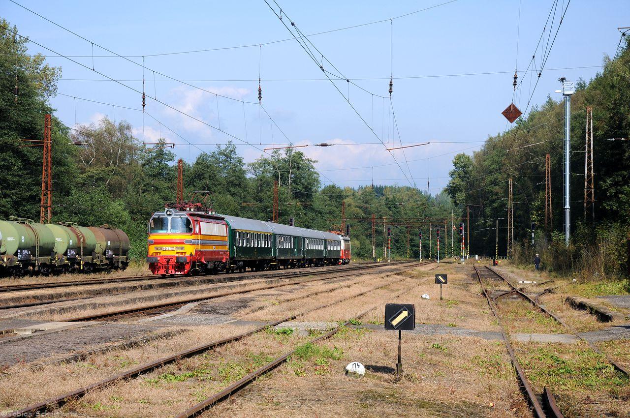 Im Bahnhof von Dasnice wurde auf die geniale Garnitur angeführt von S499.0001 gewartet.