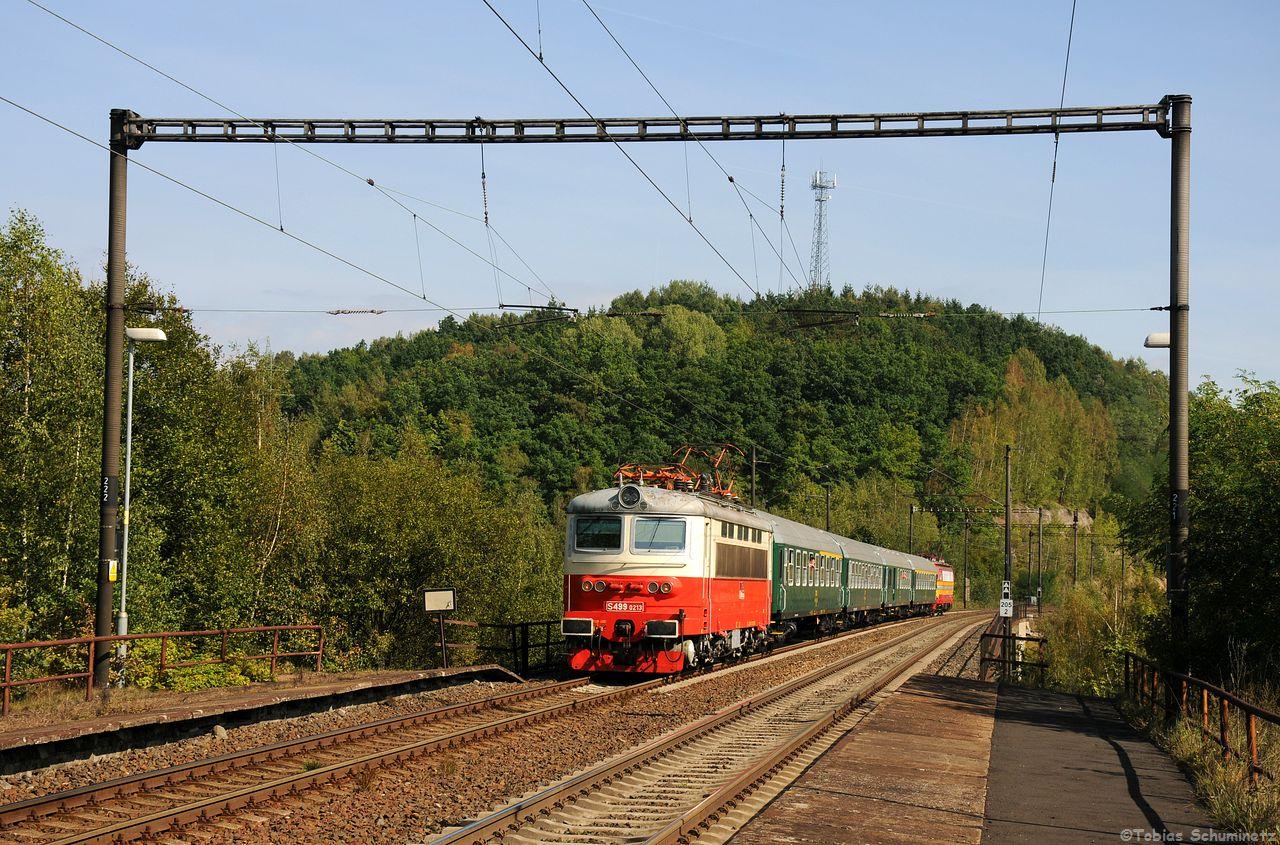 """Dann stand auch schon gleich die Rückfahrt der historischen E-Lok Garnitur an. Ich fuhr nach Kralovske Porici wo ich auf zwei Bekannte traf, doch leider wollten die unbedingt das """"typisch tschechische Quertragwerk"""" unbedingt so dominant im Bild haben. Nun ja sie waren für die S499.0213 und ihrer wunderbaren CSD Garnitur halt zuerst an der Stelle."""