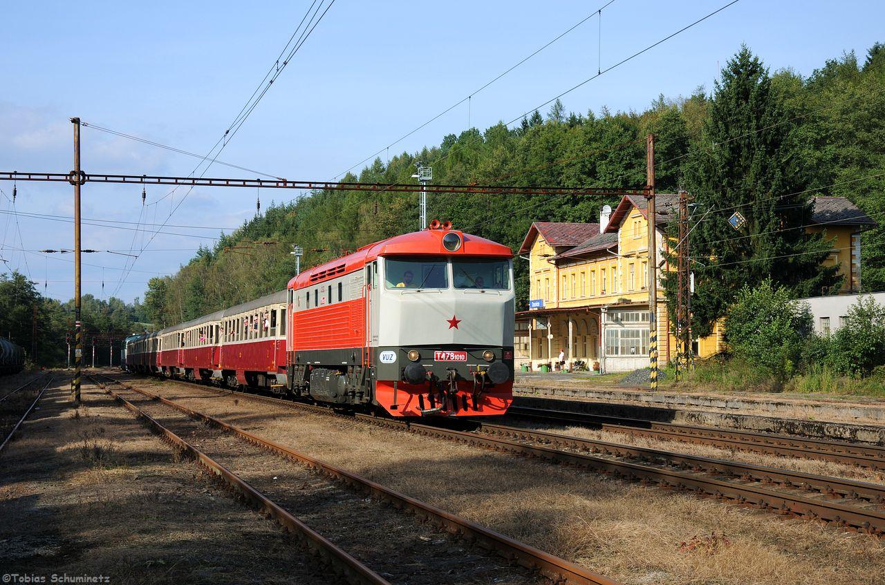 Während die Schatten immer länger wurden kam der Sonderzug angefährt von T478.1010 pünktlich durch den Bahnhof Dasnice gefahren.
