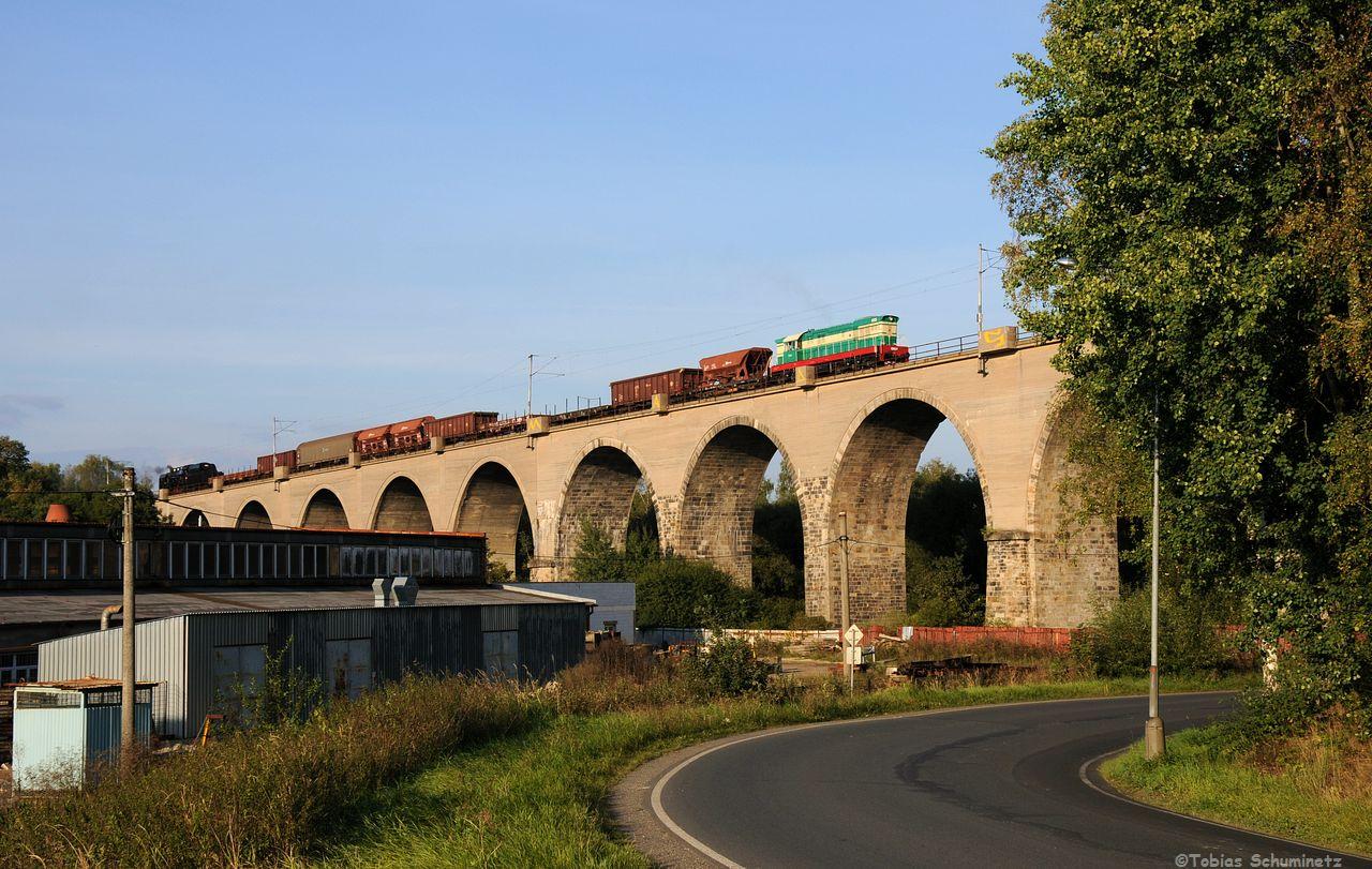 Und tatsächlich kam ein Güterzug mit T669.0001 bespannt über das imposante Brückenbauwerk gerumpelt. Für mich das Bild des Tages!