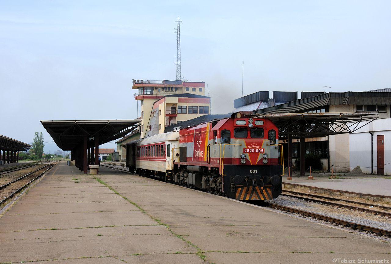 Da der Zug mit Lok 001 (2620 005) zuerst losfahren sollte, fotografierten wir diesen vor dem großen Zentralstellwerk. Ob es noch in Betrieb ist, bezweifle ich, da alles per Hand gestellt wird. Währenddessen fuhr aber auch die Nohab mit ihrem Zug ab. Unser erstes Eisenbahnfoto im Kosovo!