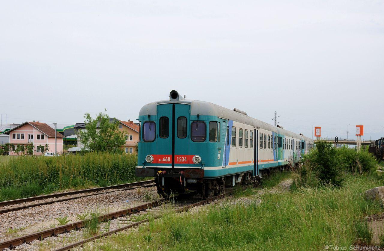 Direkt neben der Zufahrt zum BW und neben den Streckengleis nach Hani i Elezit (links) stehen drei ehemalige italienische ALn668 Triebzüge abgestellt. Sie kamen als Wiederaufbauhilfe in den Kosovo und sind mittlerweile nicht mehr im Einsatz