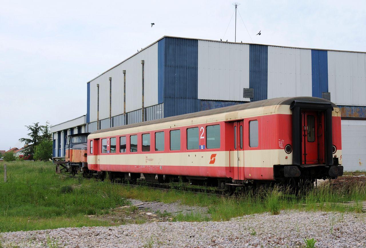 Auch ehemalige Schlierenwagen der ÖBB hat es in den Kosovo verschlagen. Ein Teil fährt in neuer Lackierung in den Zügen der Trainkos durch das Land. Dieser hier steht noch in seiner alten ÖBB-Lackierung vor der großen Halle und wird vermutlich als Ersatzteilspender genutzt.