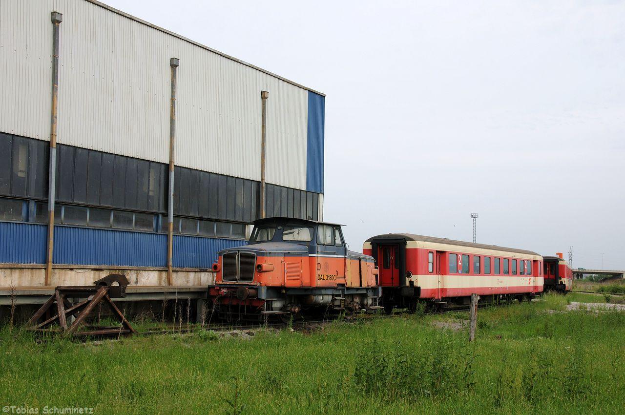 Eine von der Schwedischen Staatseisenbahn zur Verfügung gestellte Lok der Baureihe Z65 steht neben der Großen Halle und ist nicht betriebsfähig