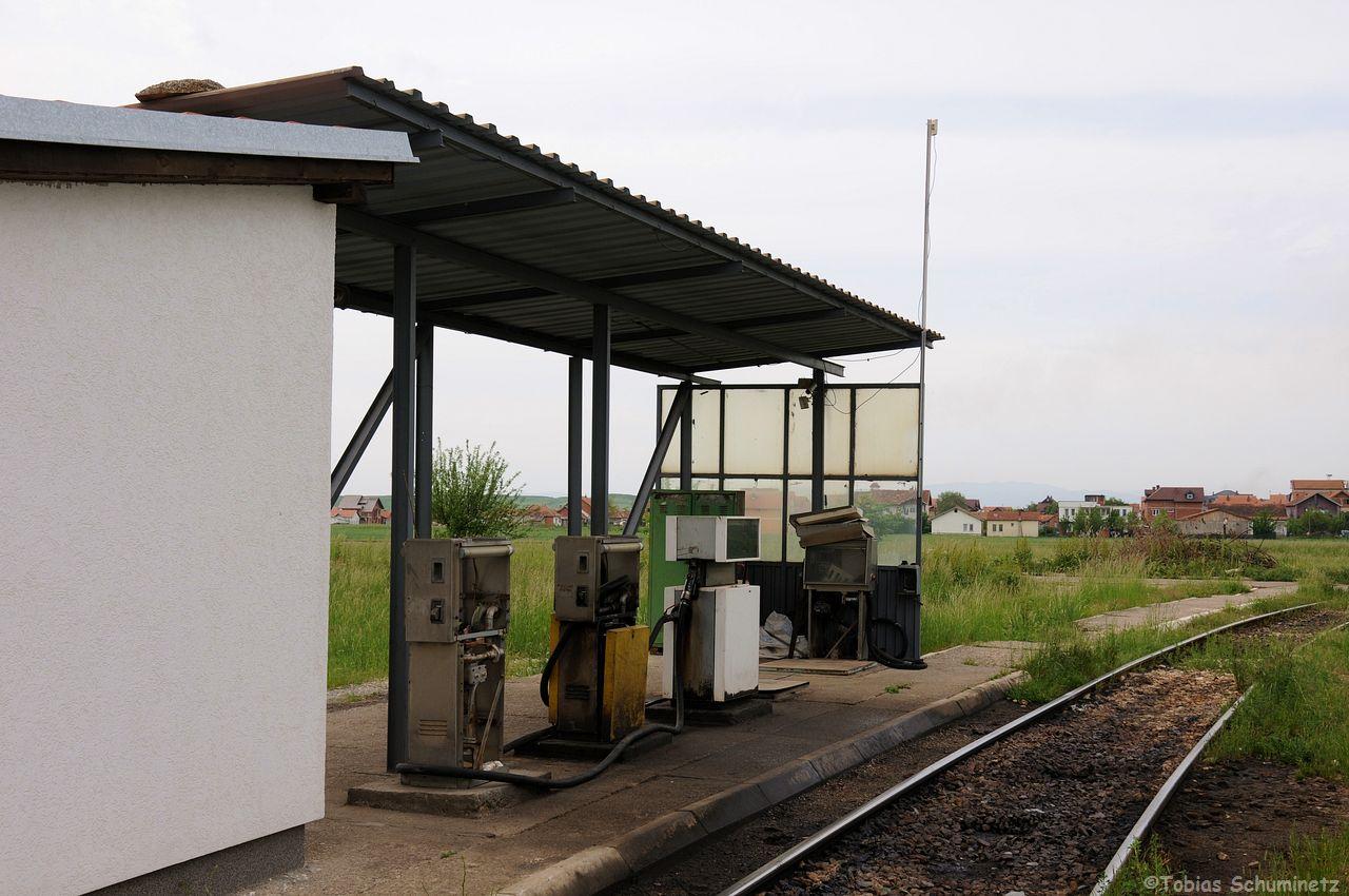 Die Lok-Tankstelle des BW. Man kann hier schon erkennen, dass es einfach an Geld mangelt. Schlechte Wartung und gebrauchte Zäpfsäulen, welche man auch an anderen Tankstellen im Land findet
