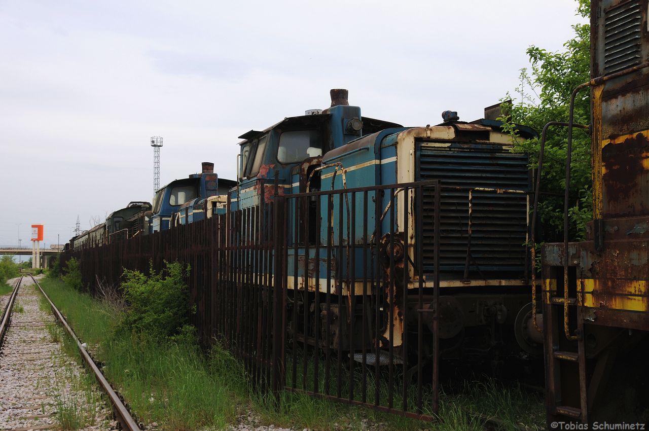 zwischen den vielen Schrottloks finden sich auch zwei ehemalige Bundesbahn V60. Die Loks wurden bei der Jugoslawischen Staatsbahn JZ als 734 bezeichnet