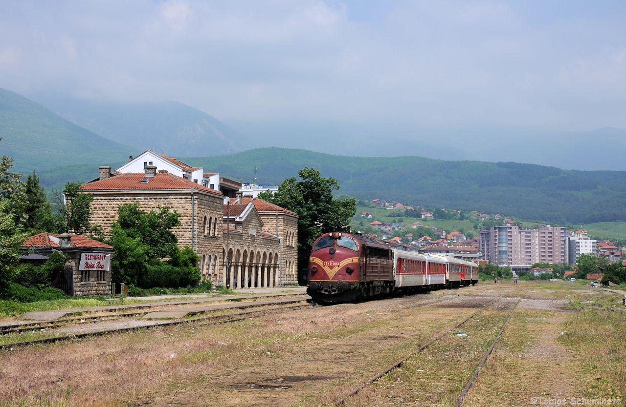 Weiter ging es nach Peje, wo mit Lok 007 (neu 2640 003) eine weitere Nohab auf uns wartete. Im Bahnhof abgestellt hat man im Hintergrund gleich die hohen Berge, welche ein tolles Motiv abgeben.