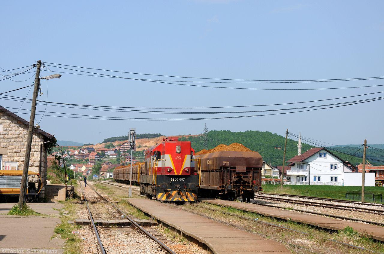 Der Erzzug verbindet die Mine Golesh bei Magura mit dem in Drenas durch ein langes Anschlussgleis angebundene Feronikeli-Werk. Dazu muss Lok 003 umfahren.