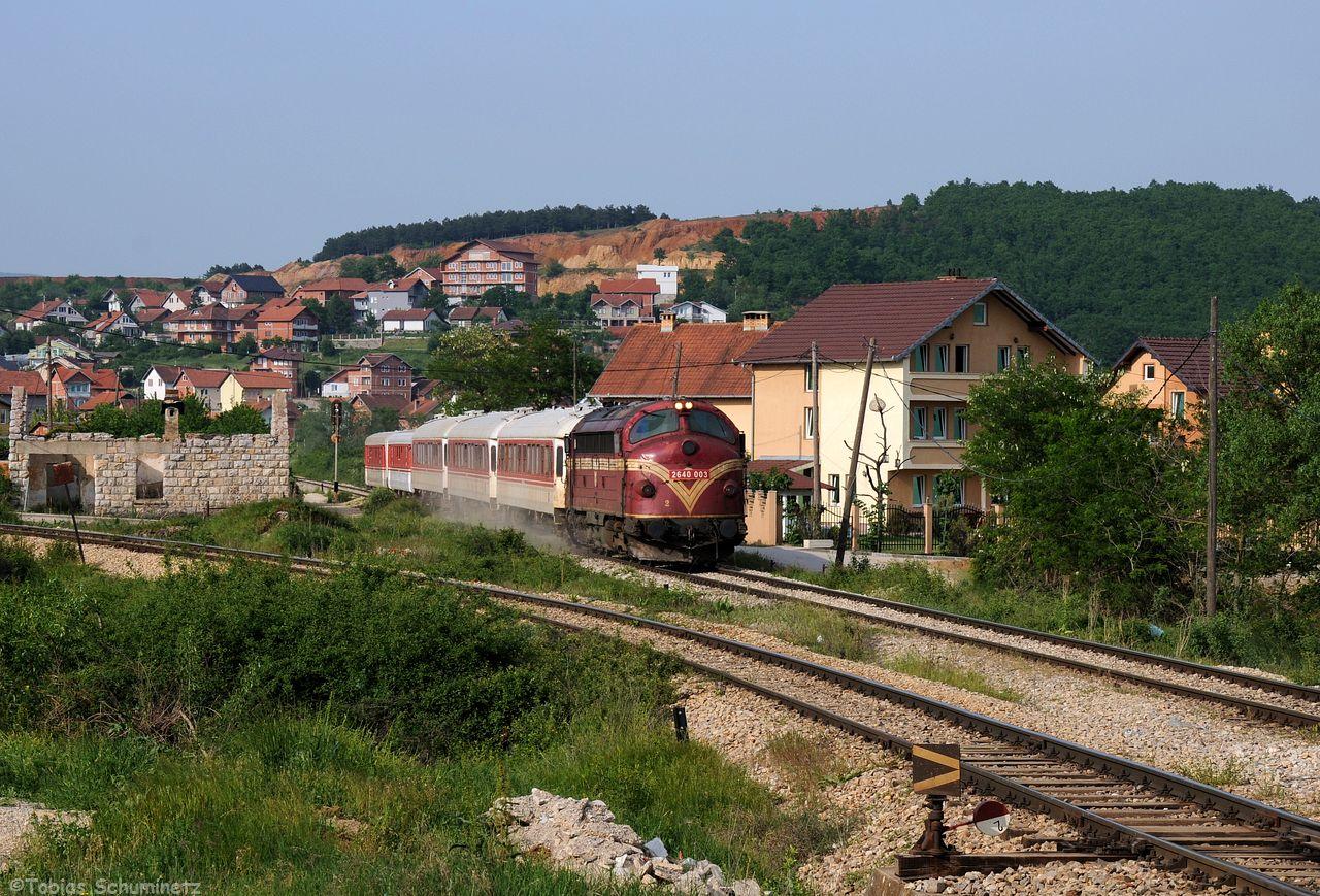 IC761 mit Lok 007 bei der Einfahrt in Drenas. Das Gleis Links führt zu Ferronikeli.