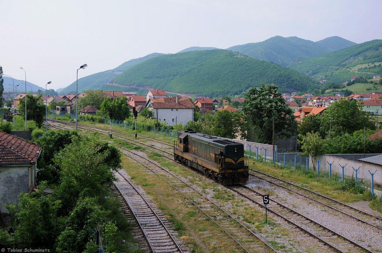 In Kacanik wurde der Zug umgespannt auf eine 661 der Mazedonischen Staatsbahn MK. Hier rangiert 661 236 gerade im eingezäunten Grenzbahnhof Hani i Elezit