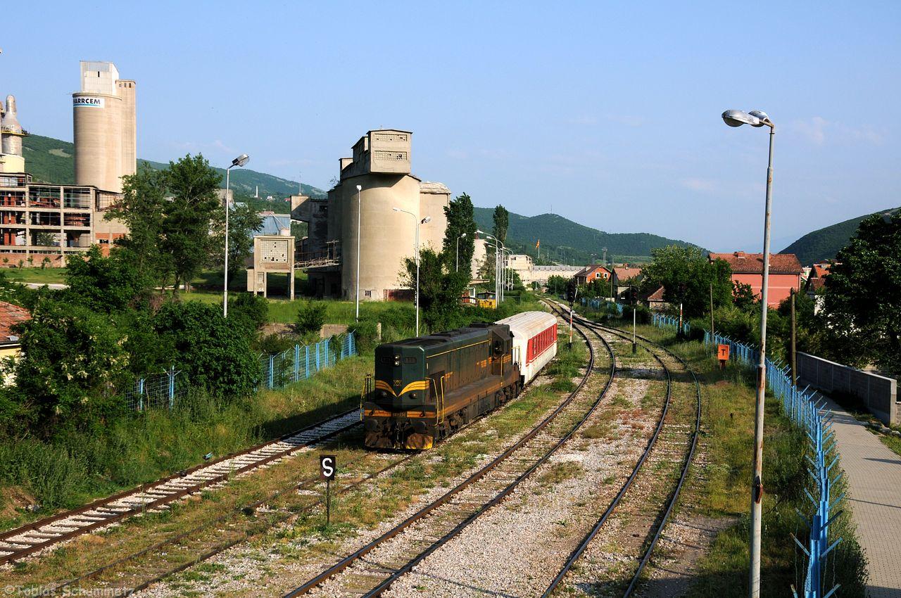 Irgedwann wurde es Zeit für den Personenzug von Pristina nach Hani i Elezit. Wir hatten uns bei Bablak ein Motiv ausgesucht, doch schlug hier die Fotowolke zu weshalb ich das Bild weglasse. Wir fuhren direkt nach Hani i Elezit um die Ankunft des IC892 von Skopje her noch fotografieren zu können. Kurz nach unsere Ankunft kam auch schon die MK 661 236 mit einem Trainkos-Schlieren um die Ecke.