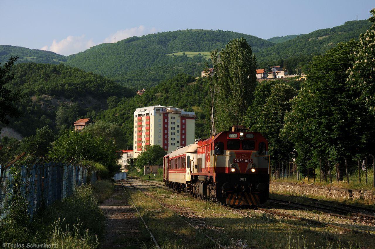 Nun kam auch die 001 mit ihrem Zug in Hani i Elezit an. Im Hintergrund wieder ein Haus in den Trainkos Farben.