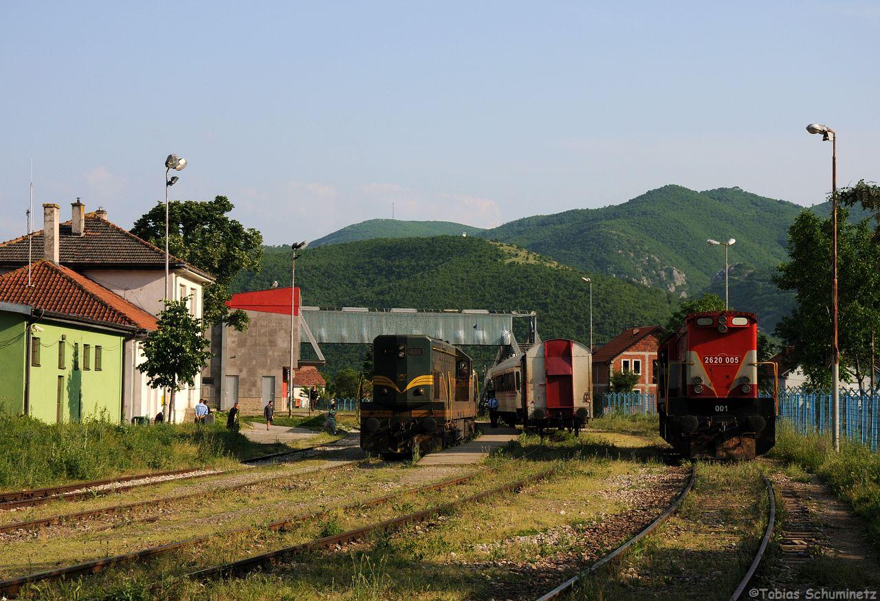 Es wurde umgesetzt. Wir dachten, der Trainkos-Wagem, welchen die 661 mitgebracht hatte geht mit nach Pristina, doch blieb er zu unserer Verwunderung stehen und es musste trotzdem umgestiegen werden.
