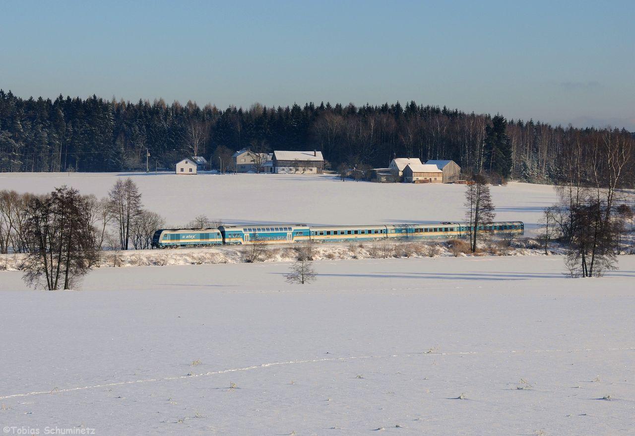 Danach habe ich noch über den zugefrorenen Teich bei Escheldorf einen Alex Richtung München fotografiert. 223 067 rauschte mit dem ALX84111 vorbei.