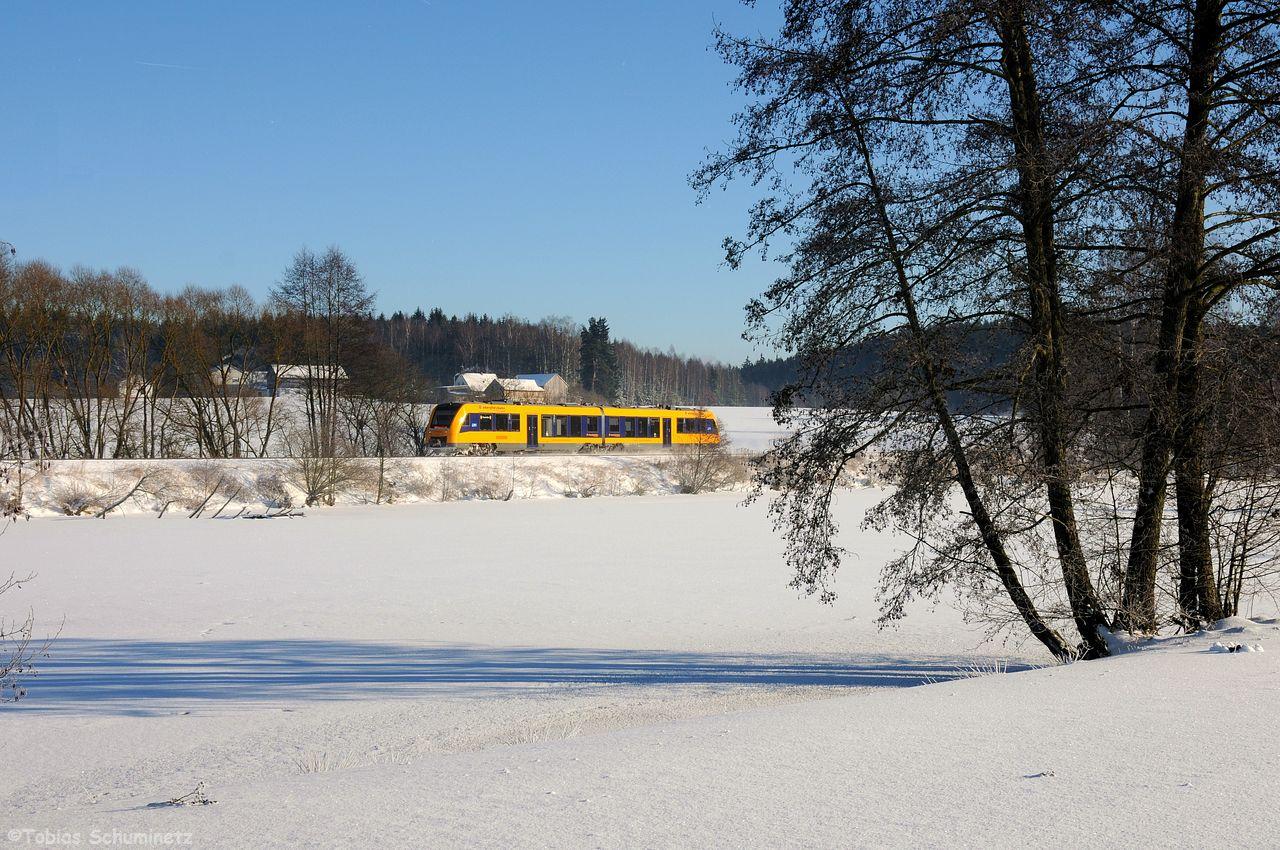 Die im Block danach rollende Oberpfalzbahn machte ich vom Ufer des Teiches.