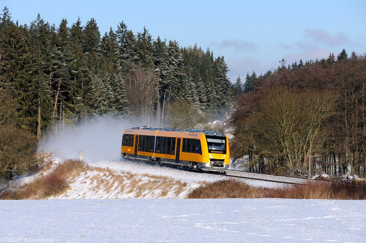Da mir die leicht schneebedeckten Bäume im Hintergrund so gut gefallen haben, hatte ich hier gleich noch auf die Oberpfalzbahn gewartet.