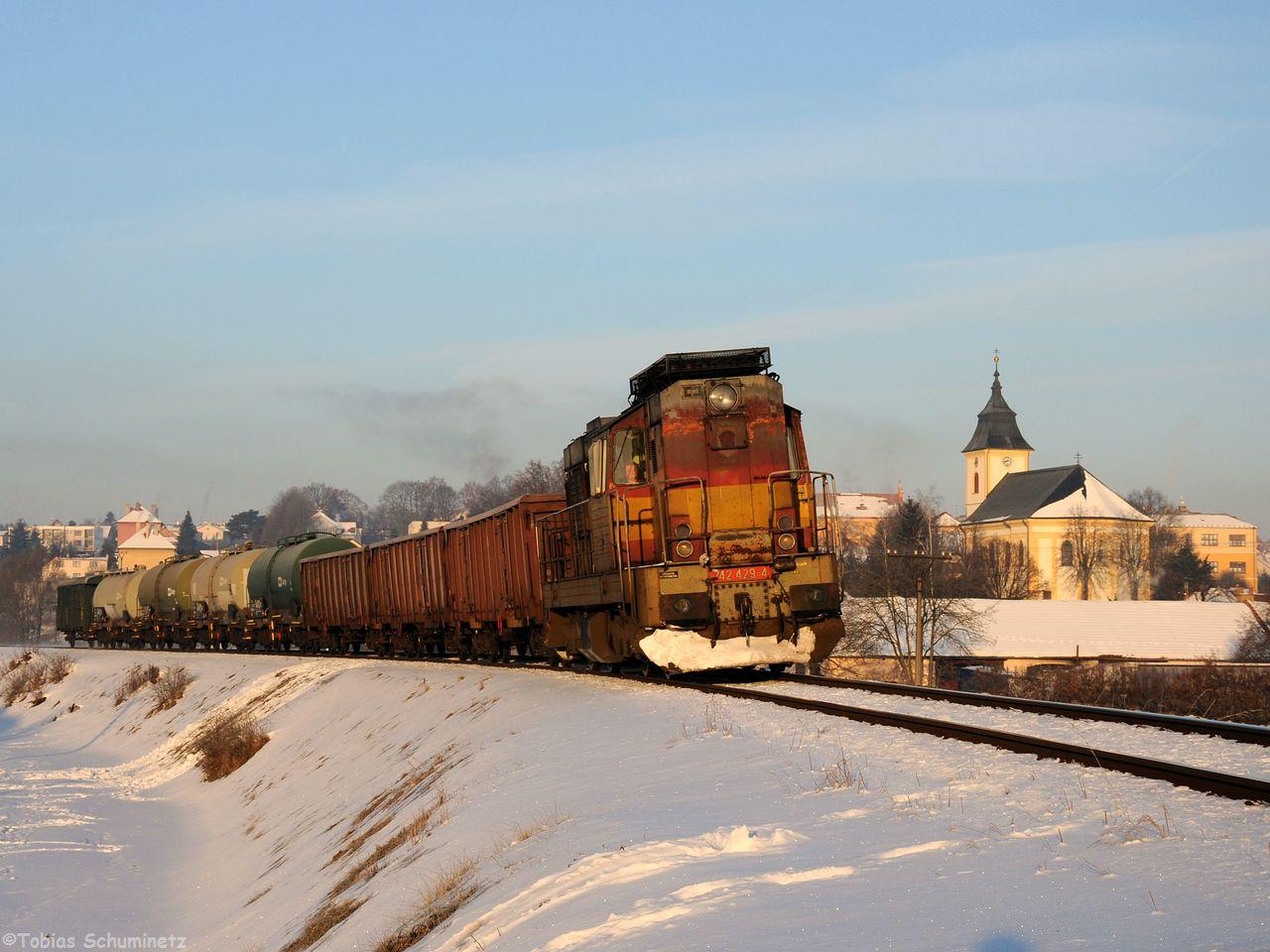 Am 19. Januar bin ich dann nach Tschechien gefahren. Ich wollte an der KBS240 von Jihlava nach Brno (Brünn) fotografieren. Die Schnellzüge werden zur Zeit dort nur zwischen Jihlava und Okrisky gefahren, auf dem restlichen Streckenstück sind Bauarbeiten. Bei einer Eiseskälte, das Thermometer zeigte -21 Grad Celsius an- rollte vor dem eigentlichen ziel glücklicherweise im ersten Morgenlicht noch 742 429 mit einem Manipulak durch.