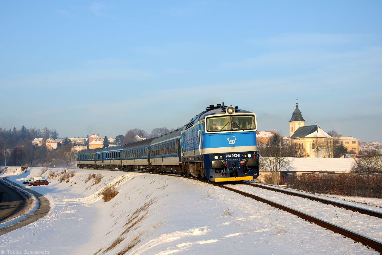 Kurz darauf kam dann auch schon der erste Schnellzug des Tages durch. 754 062, welche erst ein paar Wochen zuvor Neulack bekommen hatte, rollte mit dem R653 bei Luka nad Jihlavou an mir vorbei.