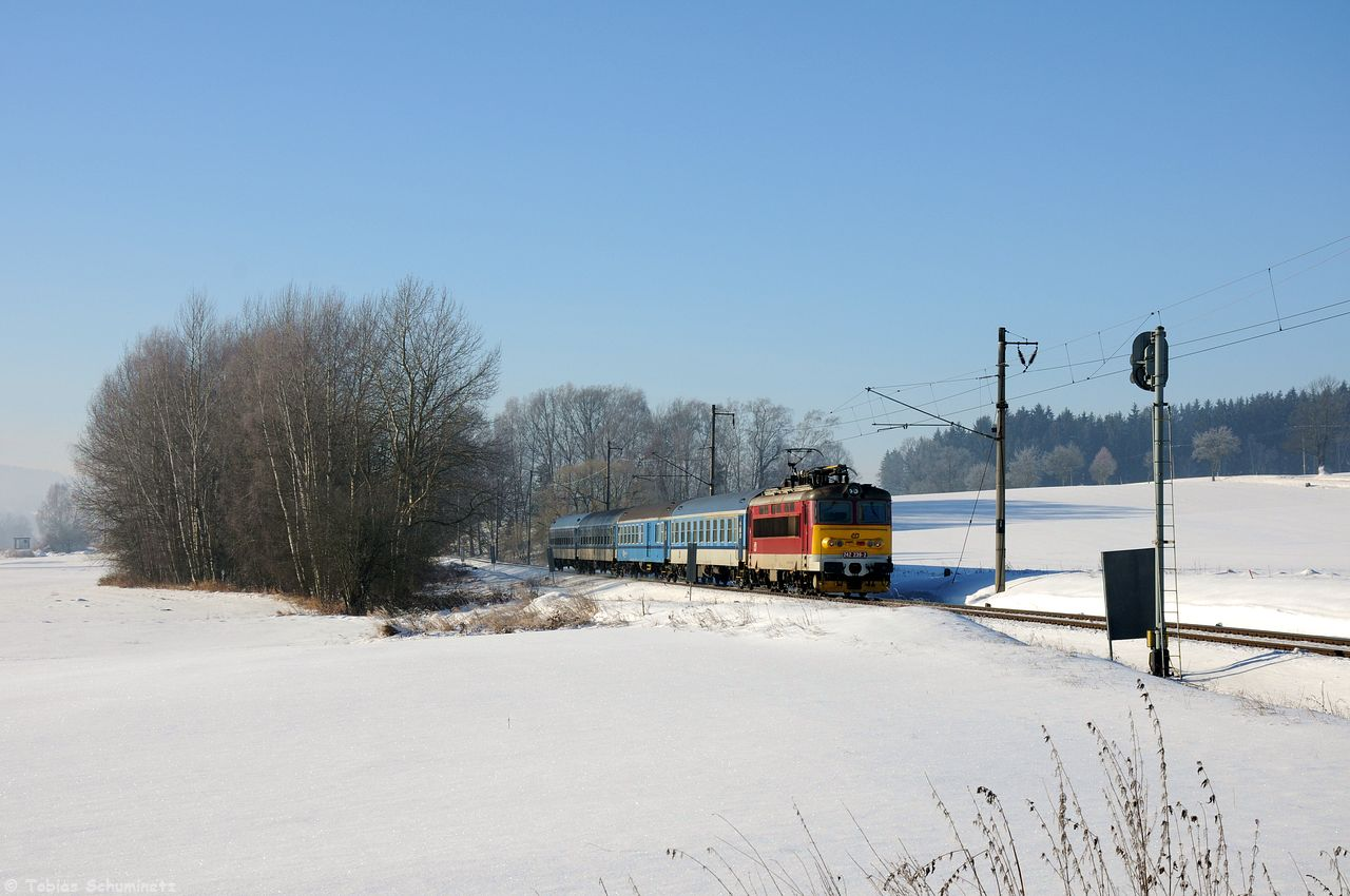 """Im Bahnhof """"nach mir"""" kreuzten sich die Schnellzüge, sodass ich einen Streiflichtschuss des R661 ebenfalls bei Dolni Cerekev machte. Und die Freude war groß, als 242 239, das rote Einzelstück, um die Ecke bog! Das lies den Frust vom Vortag fast vergessen."""