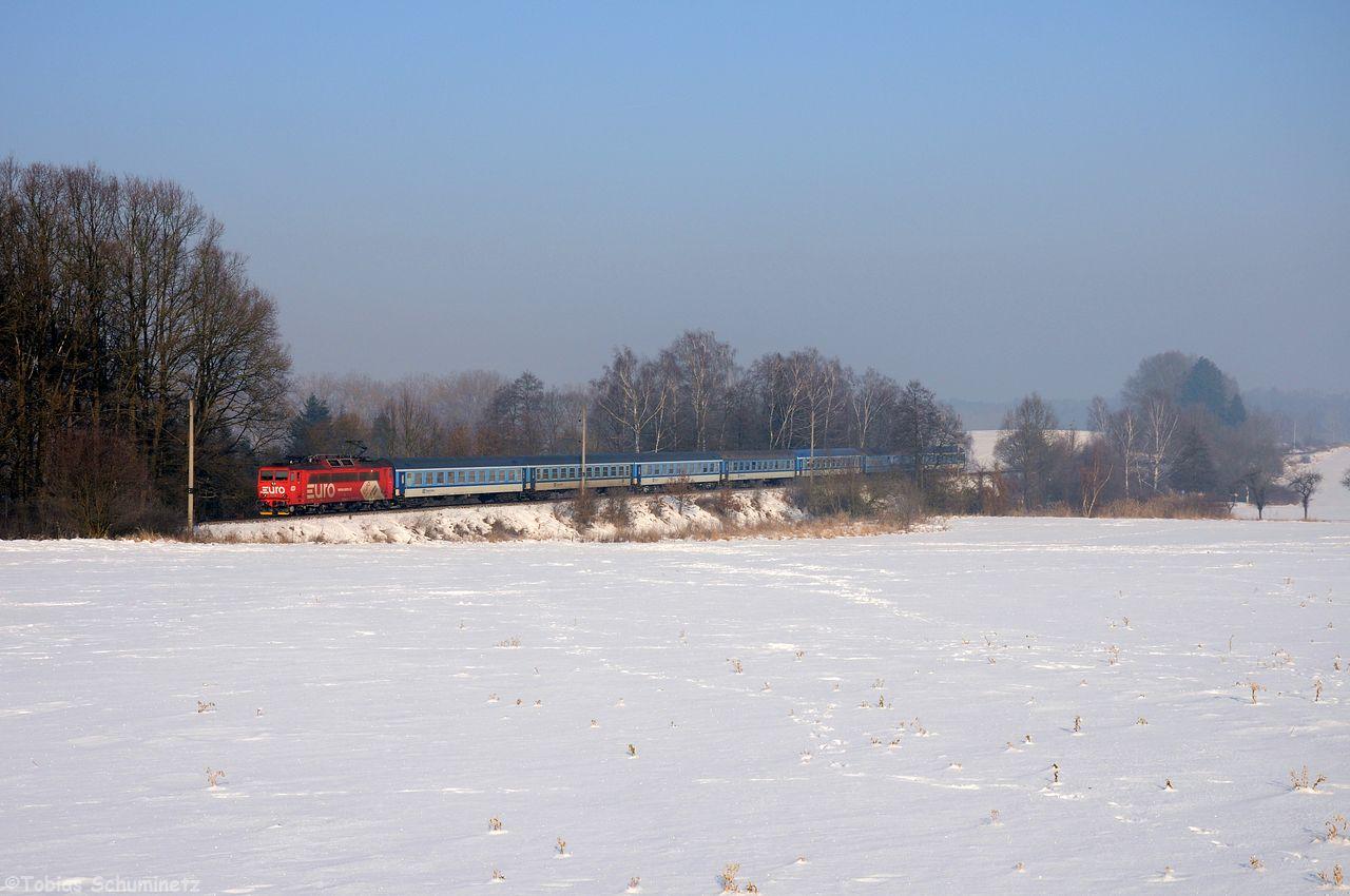 Am Samstag wollte ich mir noch die Strecke von Prag nach Budweis antun. Am Morgen wachte ich auf und es war leicht nebelig. Ich fuhr trotzdem mal los um wenigstens ein paar Motive zu suchen. Etwas weiter nördlich war der Nebel dann nicht mehr so dicht sodass ich bei Klenovice einen relativ freien Damm gefunden hatte. Den gewünschten Zug hatte ich leider knapp verpasst, weil ich bei der Anfahrt noch im Lidl mir ein paar Semmeln für tagsüber geholt hatte. So musst ich fast eine Stunde auf den nächsten Zug warten. Als Entschädigung war wenigstens eine Werbelok auf dem R707 drauf.