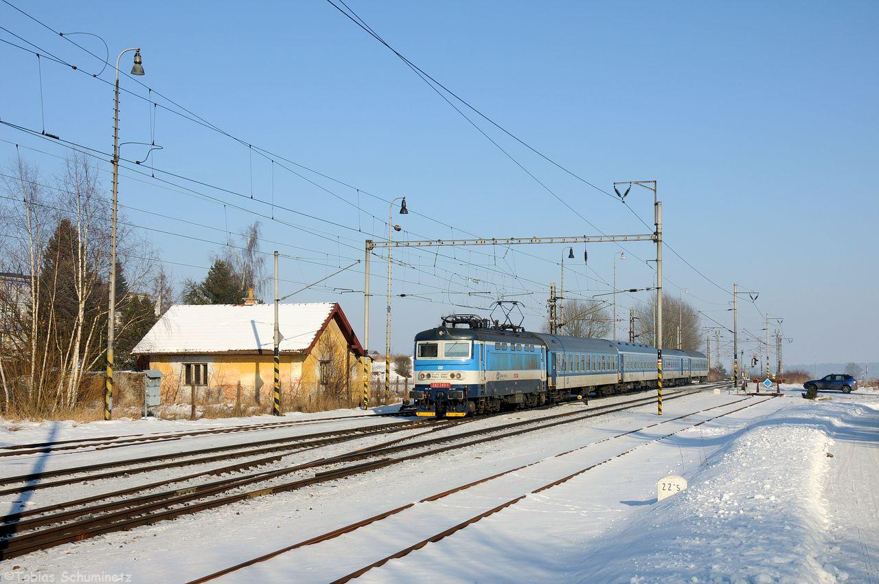 Danach bin ich zum Bahnhof Sevetin gefahren, dieser hat noch teilweise alte Bauten, die Strecke ist überwiegend modernisiert bzw. eine Neubaustrecke. Ab Veseli nach Luznici fahren die Schnellzüge der KBS225 auch auf der KBS220 sodass man auch hier 242 249 mit R666 ablichten konnte.
